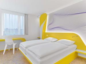 Кровать или кровати в номере prizeotel Hannover-City