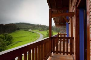 A balcony or terrace at Hotel-Apartamento Rural Atxurra