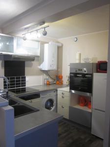 Cuisine ou kitchenette dans l'établissement Naski Location - Dû Man