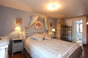 A bed or beds in a room at Sarlat Town House
