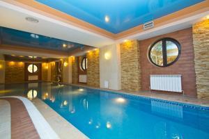 المسبح في فندق كازهول ألماتي أو بالجوار