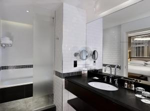 A bathroom at Sheraton Grand London Park Lane
