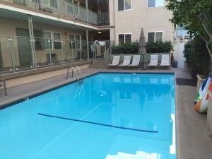 Der Swimmingpool an oder in der Nähe von Hollywood Orchid Suites