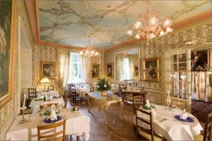 A restaurant or other place to eat at Hotel Restaurant Du Parc