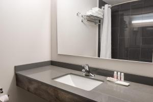 Un baño de Super 8 by Wyndham Downtown Toronto