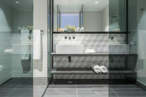 A bathroom at Peppers Docklands