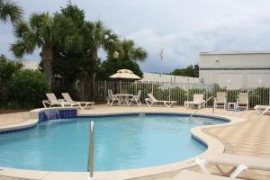 The swimming pool at or close to Hampton Inn & Suites Destin Sandestin Area