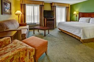 A bed or beds in a room at Hampton Inn & Suites Destin Sandestin Area