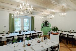 Ein Restaurant oder anderes Speiselokal in der Unterkunft Schloss Ueberstorf - Tafeln, Tagen, Träumen
