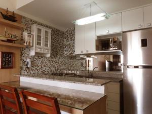 A kitchen or kitchenette at Porto Real Apartment Angra