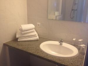 A bathroom at Hotel Le Strasbourg