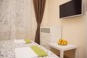 Телевизор и/или развлекательный центр в Мини-отель Спокойной ночи на Киевской