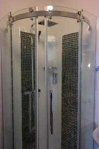A bathroom at Acorn Guest House B&B