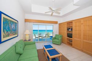 A seating area at All-Inclusive - Wyndham Reef Resort Grand Cayman