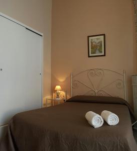 A bed or beds in a room at Pensión Riosol