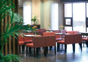 A restaurant or other place to eat at Hotel Golf & Spa Real Badaguás Jaca