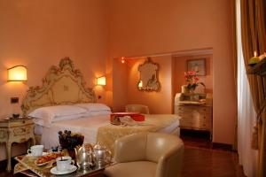 A bed or beds in a room at Pensione Accademia - Villa Maravege