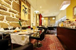 A restaurant or other place to eat at Hotel Mestre de Avis