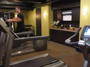 The fitness center and/or fitness facilities at Hôtel Le Germain Québec
