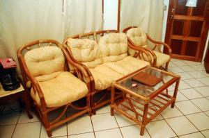 A seating area at Parque Maritimo El Coco
