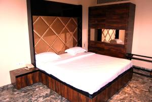 A bed or beds in a room at Hotel Apaar