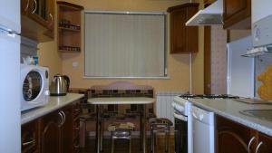 Кухня или мини-кухня в Апартаменты на Комсомольской улице
