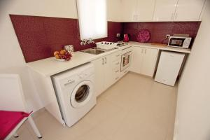 A kitchen or kitchenette at The Love Nest