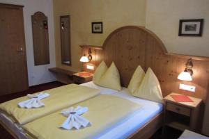 Postel nebo postele na pokoji v ubytování Hotel Garni Landhaus Trenkenbach
