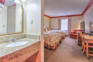 A bathroom at The Founders Inn & Spa Tapestry Collection By Hilton