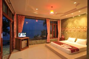 A bed or beds in a room at I Talay Lanta