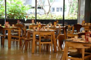 Un restaurante o sitio para comer en Galleria 12 Sukhumvit Bangkok by Compass Hospitality