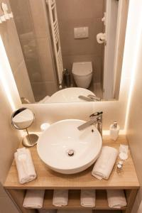 A bathroom at Tesla Boutique Apartments & Rooms