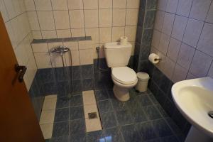 A bathroom at Ammos Kalamitsi