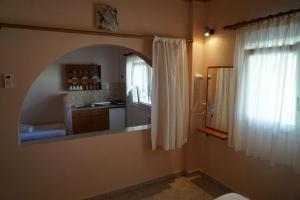 A kitchen or kitchenette at Ammos Kalamitsi