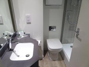 A bathroom at Holiday Inn Birmingham M6 J7