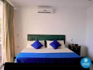 A bed or beds in a room at Hotel TNT Mirador