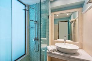 A bathroom at Makarios Hotel