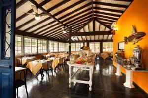 A restaurant or other place to eat at Pousada Corsario Paraty