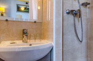 Ванная комната в Avenir Hotel Montmartre