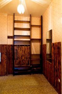 Двухъярусная кровать или двухъярусные кровати в номере Металлургов 8 Апартаменты Анверс