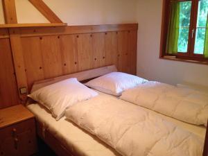Ein Bett oder Betten in einem Zimmer der Unterkunft Ferienwohnung im Blockhaus Metzler