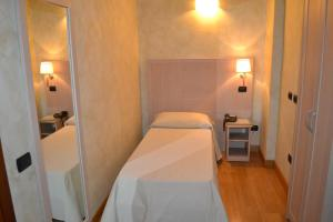 A bed or beds in a room at Dipendenza Hotel Galileo