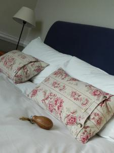 A bed or beds in a room at Falcon Inn