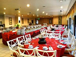 A restaurant or other place to eat at Hotel Rosa Passadena