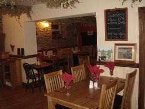 A restaurant or other place to eat at Yew Tree Inn Motel