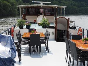 A restaurant or other place to eat at Hotelboat Allure