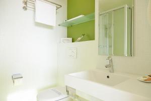 Ein Badezimmer in der Unterkunft Le Leman Hotel