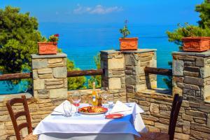 Ein Restaurant oder anderes Speiselokal in der Unterkunft Alexander the Great Beach Hotel