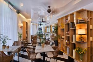 A restaurant or other place to eat at Beach House Tel-Aviv a member of Brown Hotels