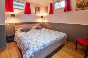 A bed or beds in a room at La Plus Petite Maison De France